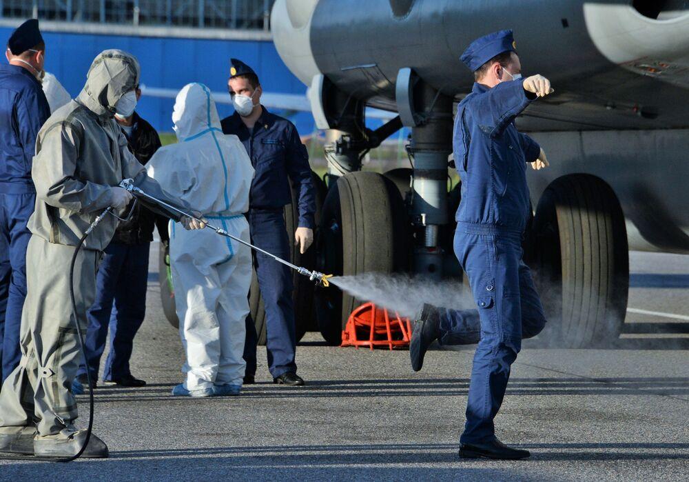 Dezinfekce ruských vojenských specialistů po návratu z Itálie