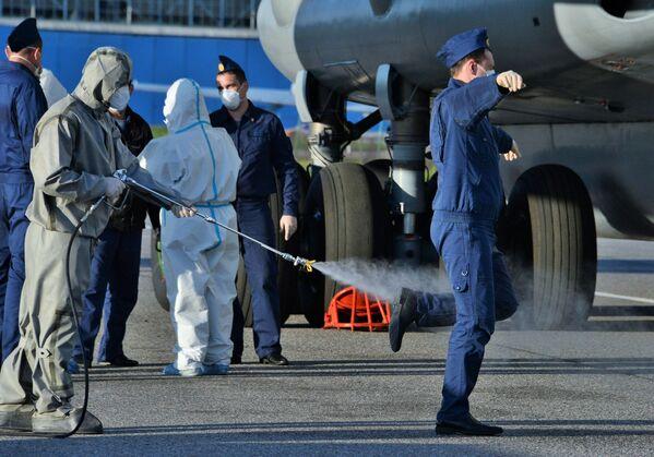 Dezinfekce ruských vojenských specialistů po návratu z Itálie - Sputnik Česká republika