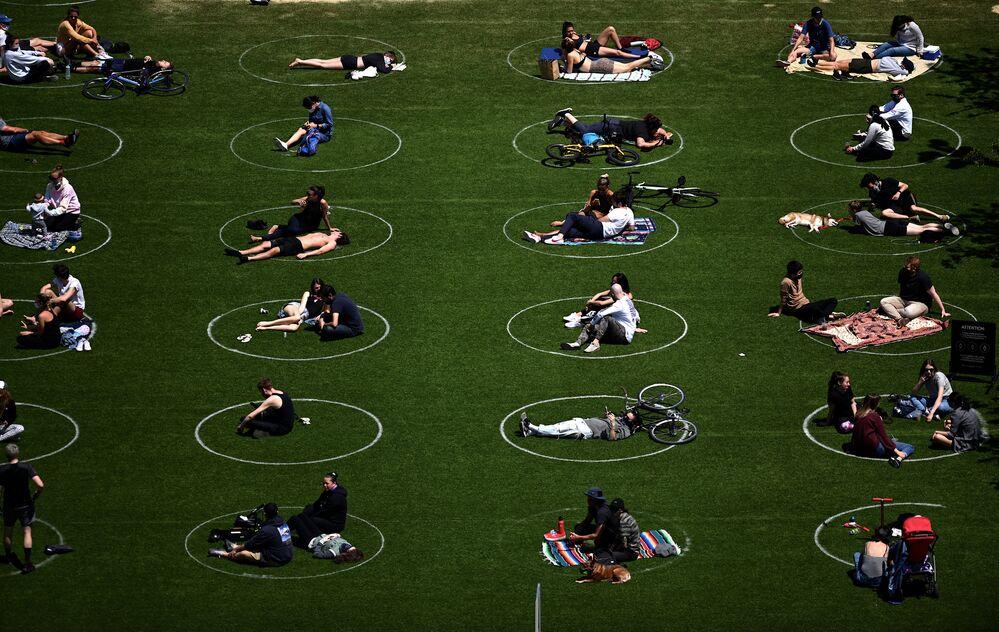 Dodržování sociální vzdálenosti návštěvníky Domino's Parku v New Yorku, USA