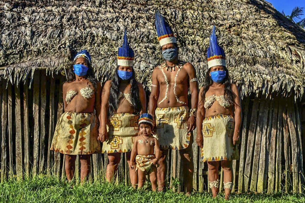 Indiáni Uitoto vystupují v ochranných maskách, Kolumbie