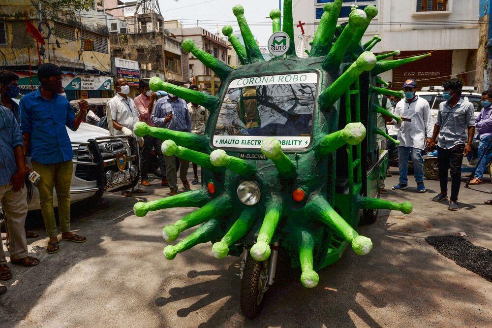 Rikša ve formě koronaviru na ulici indického města