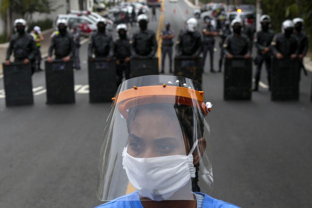 Protest lidí požadujících další pomoc v boji proti koronaviru, Sao Paulo, Brazílie
