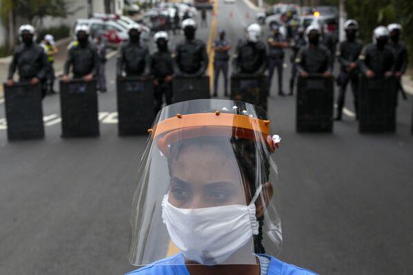 Protest lidí požadujících další pomoc v boji proti koronaviru, Sao Paulo, Brazílie - Sputnik Česká republika