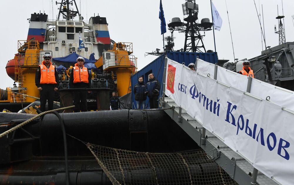 Posádka záchranného remorkéru Tichomořského loďstva Fotij Krylov v přístavu Vladivostok během slavnostního ceremoniálu setkání