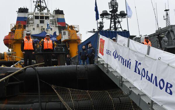 Posádka záchranného remorkéru Tichomořského loďstva Fotij Krylov v přístavu Vladivostok během slavnostního ceremoniálu setkání - Sputnik Česká republika