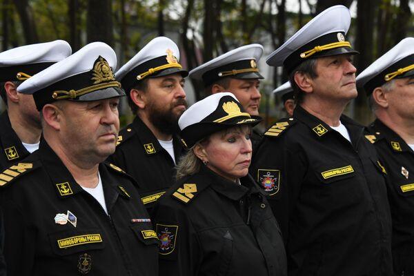 Posádka záchranného remorkéru Tichomořského loďstva Fotij Krylov během slavnostního ceremoniálu setkání v přístavu Vladivostok - Sputnik Česká republika