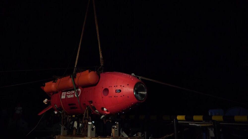 Posádka záchranného remorkéru Tichomořského loďstva Fotij Krylov při přípravě autonomního ponorného aparátu Viťjaz-D na dno Mariánského příkopu