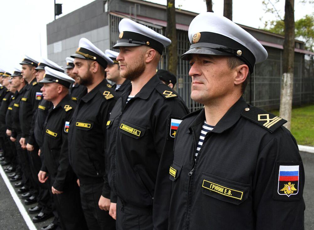 Posádka záchranného remorkéru Tichomořského loďstva Fotij Krylov během slavnostního ceremoniálu setkání v přístavu Vladivostok