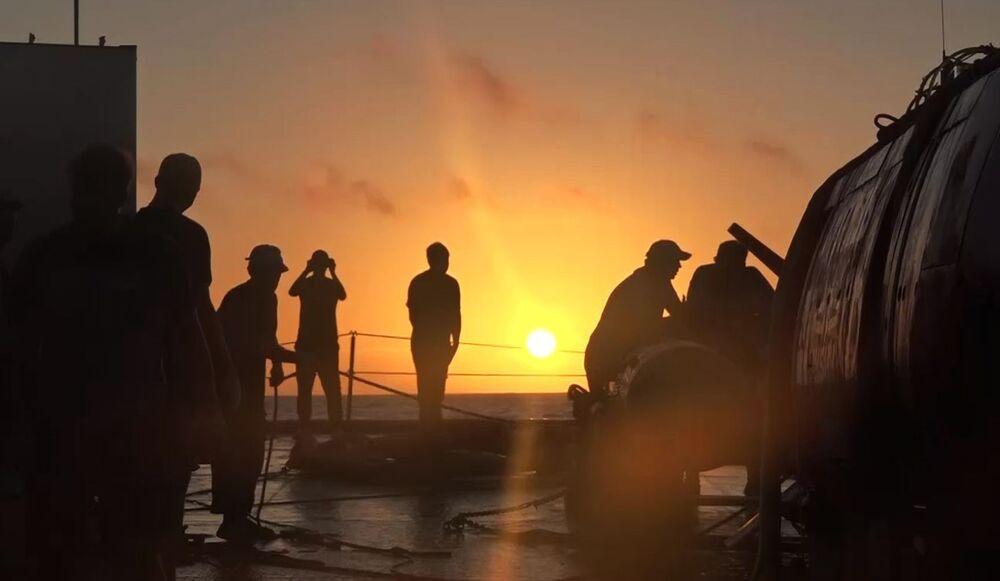 Posádka záchranného remorkéru Tichomořského loďstva Fotij Krylov u autonomního ponorného aparátu Viťjaz-D po jeho vyplutí ze dna Mariánského příkopu