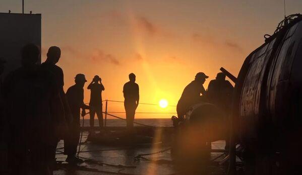 Posádka záchranného remorkéru Tichomořského loďstva Fotij Krylov u autonomního ponorného aparátu Viťjaz-D po jeho vyplutí ze dna Mariánského příkopu - Sputnik Česká republika
