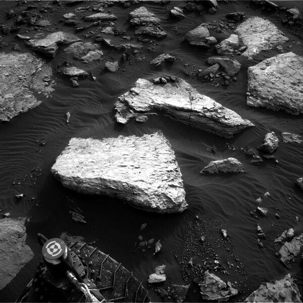 Pohled na skalní útvar v podobě osoby, která líbá člověka na povrchu Marsu - Sputnik Česká republika