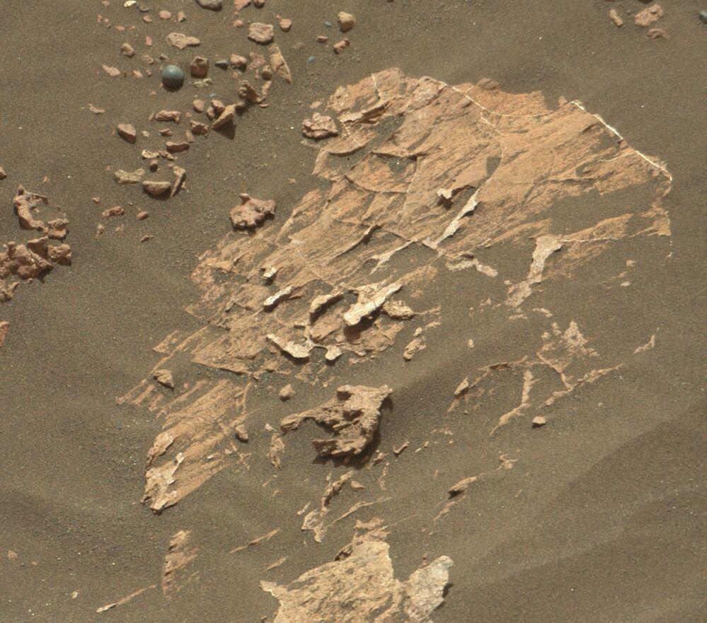 Malý objekt na povrchu Marsu