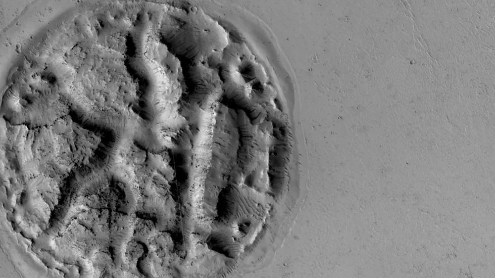 Tajemný reliéf ve formě vaflí na povrchu Marsu