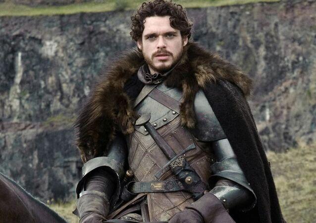 Herec Richard Madden v roli Robba Starka v seriálu Hra o trůny