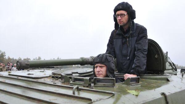 Ukrajinský premiér Arsenij Jaceňuk jede na obrněném transportéru - Sputnik Česká republika
