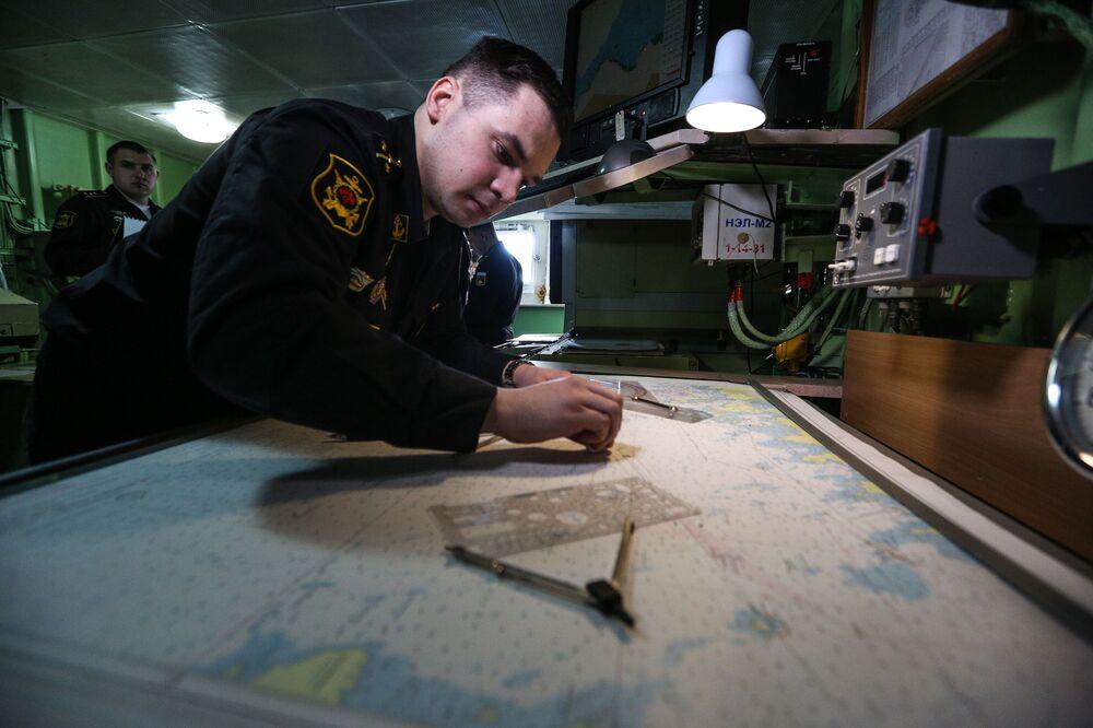 Navigátor těžkého jaderného raketového křižníku Petr Veliký