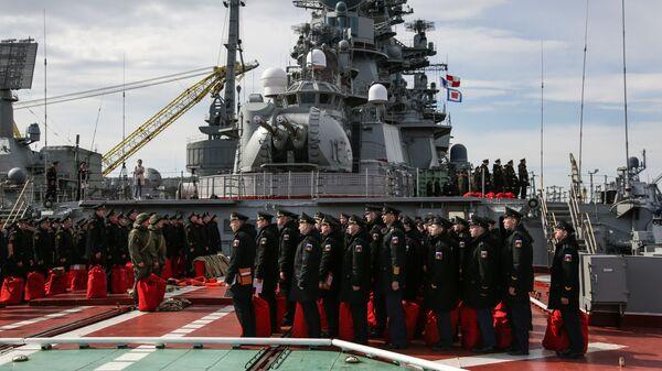 Экипаж тяжелого атомного ракетного крейсера Петр Великий во время проверки спасательных мешков и готовности к эвакуации с корабля - Sputnik Česká republika