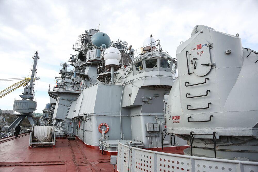Těžký jaderný raketový křižník Petr Veliký na přístavišti hlavní vojenské základny Severního loďstva v Severomorsku