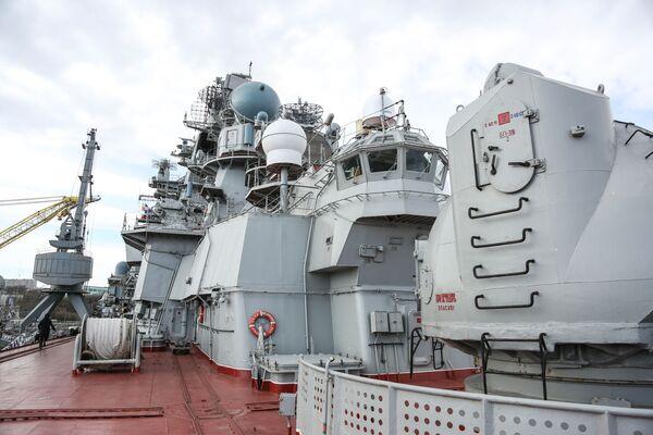 Těžký jaderný raketový křižník Petr Veliký na přístavišti hlavní vojenské základny Severního loďstva v Severomorsku - Sputnik Česká republika