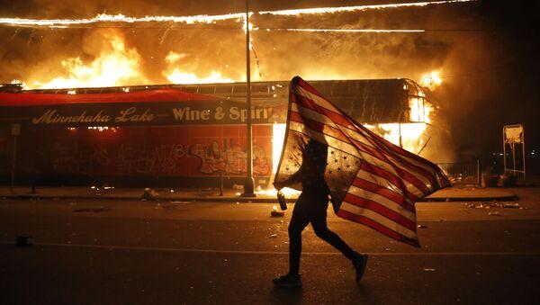 Děsivé záběry: Protestující lidé vypálili policejní stanici v Minneapolisu - Sputnik Česká republika