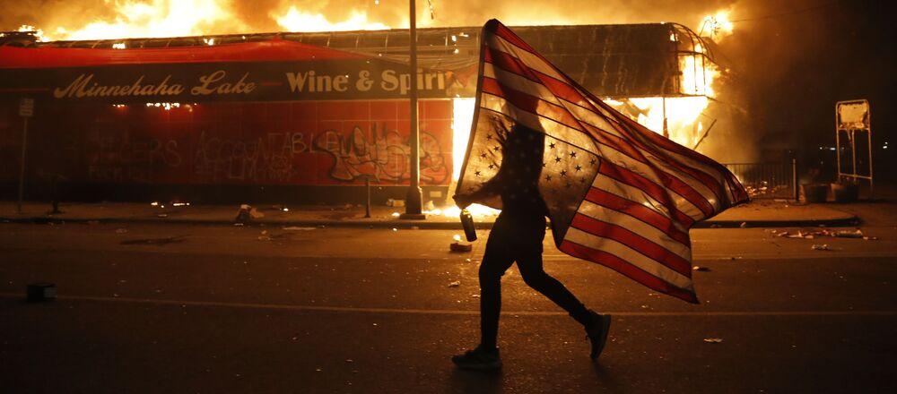 Děsivé záběry: Protestující lidé vypálili policejní stanici v Minneapolisu