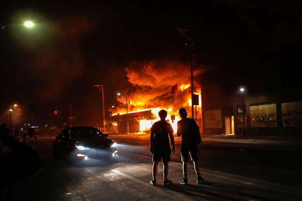 Hořící obchod v Minneapolisu, stát Minnesota, USA