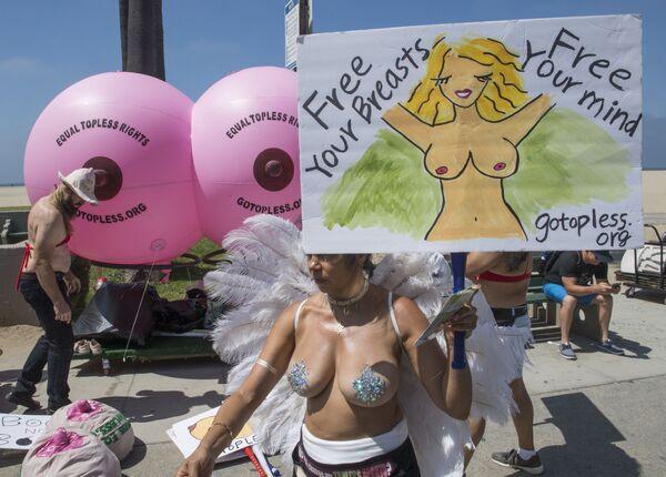 Účastnice každoroční protestní akce za práva žen GoTopless Day ve Venice Beach v Kalifornii, USA - Sputnik Česká republika