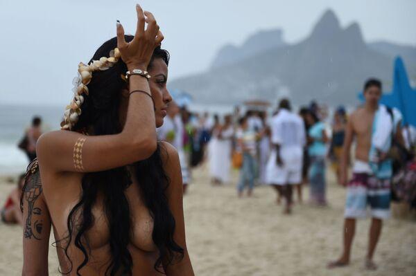 Žena na festivalu zvaném Iemanja v Brazílii - Sputnik Česká republika