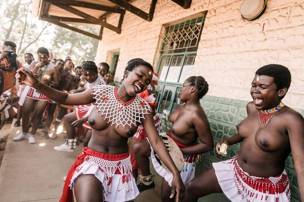 Zulové, africký národ, ve svém tradičním oděvu