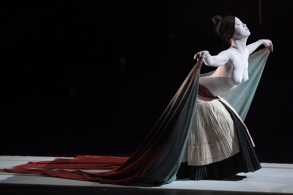 Herečka divadla Legend Lin Dance Theatre v Moskvě