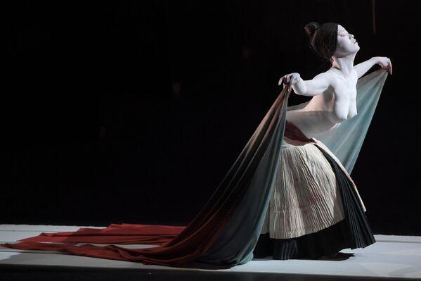 Herečka divadla Legend Lin Dance Theatre v Moskvě - Sputnik Česká republika