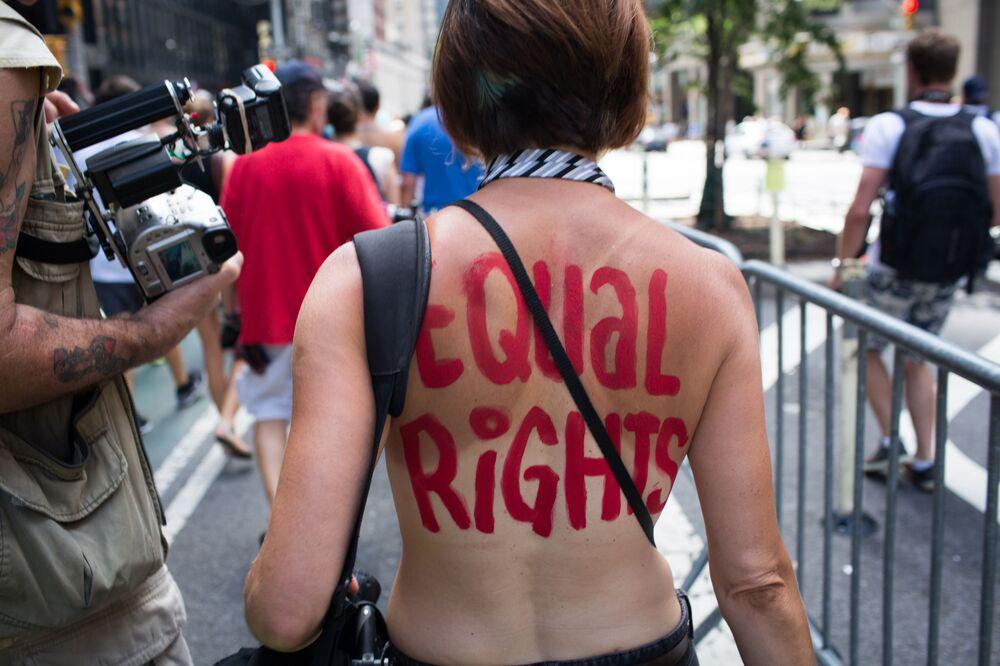 Účastníci průvodu GoTopless Day v New Yorku, USA
