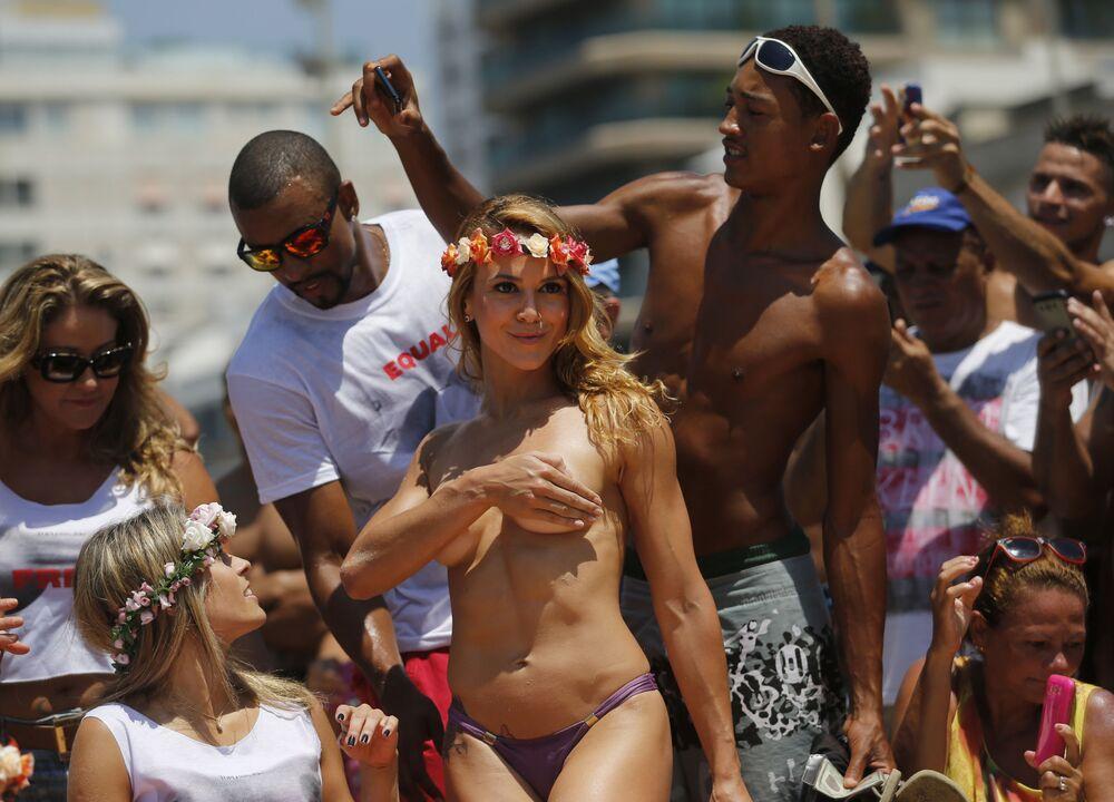Tanečnice Karla Klemente během demostrace za práva žen v Brazílii
