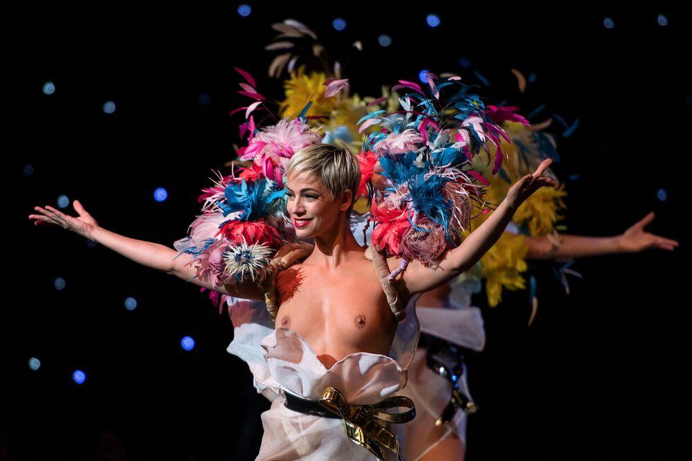 Tanečníci během vystoupení v kabaretu Lido v Paříži, Francie