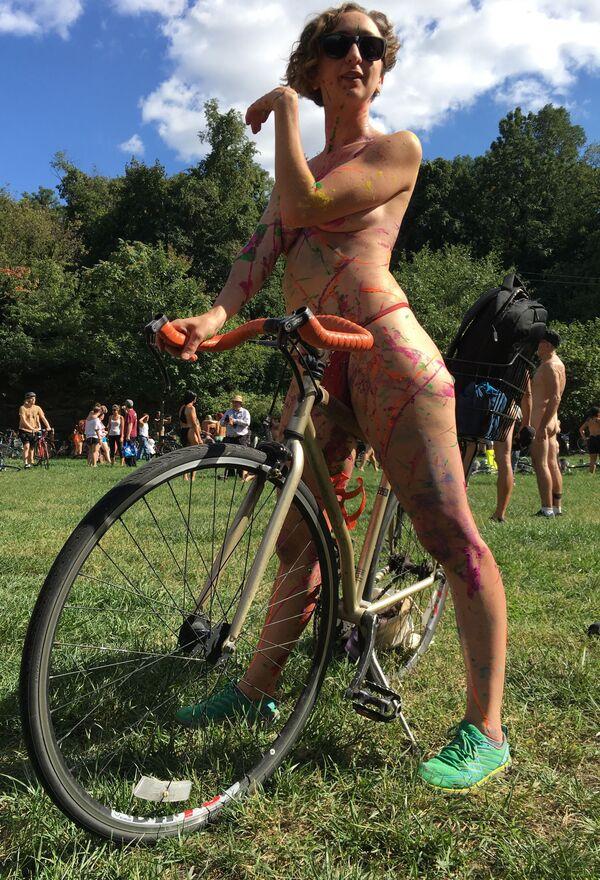 Cyklistka Olivia Neely před startem závodu Philly Naked Bike ve Filadelfii, USA - Sputnik Česká republika