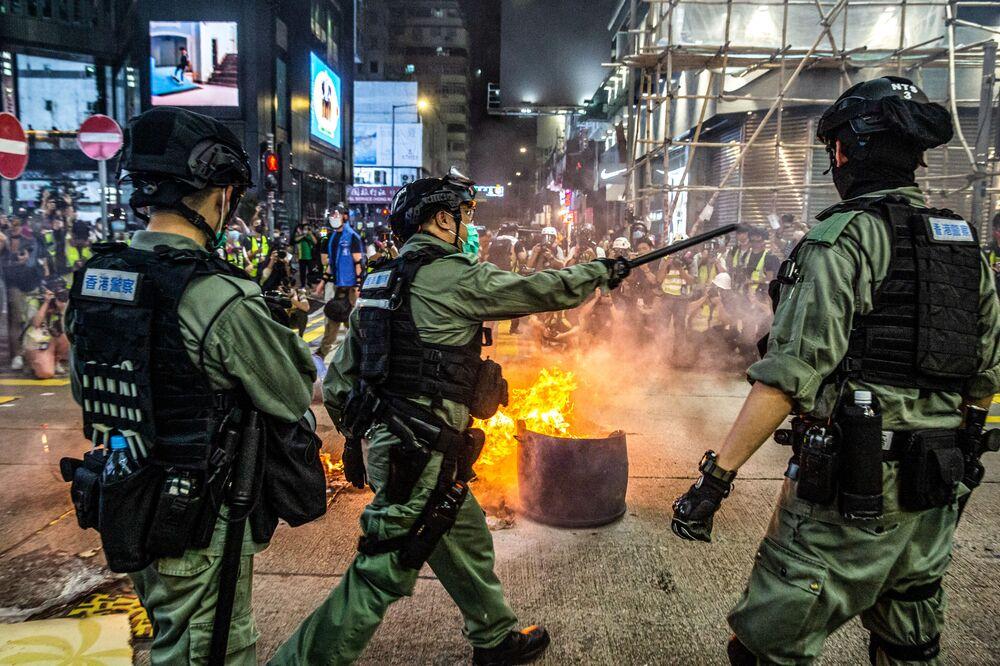 Policie rozhání protivládní demonstraci v Hongkongu, 27. května 2020.