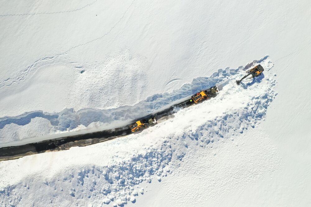 Vyčistění silnice od sněhu na horském přechodu mezi Setesdalem a Sirdalem v Norsku, 25. května 2020.