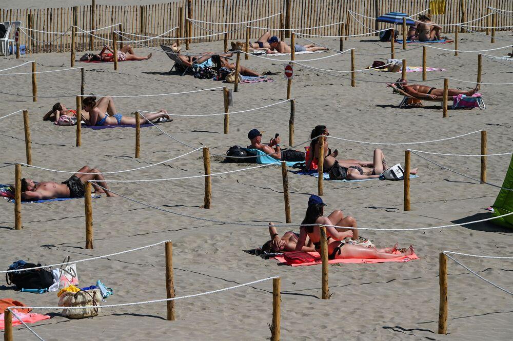 Lidé odpočívají na francouzské pláži La Grande-Motte, 26. května 2020.