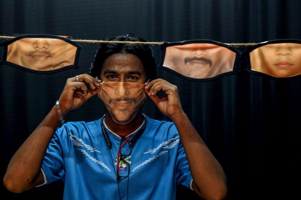 Muž s rouškami vlastní výroby. Čennaí, Indie.