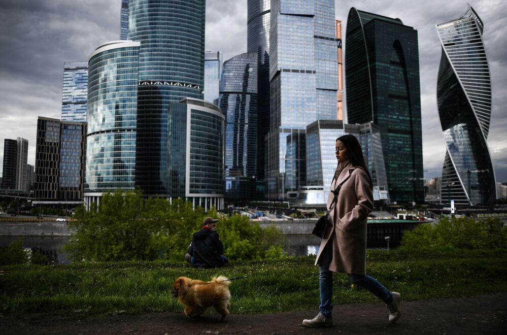 Dívka se psem na nábřeží Tarase Ševčenka v Moskvě.