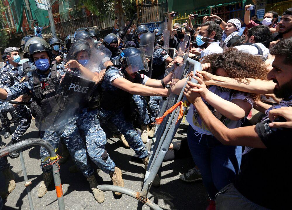 Střety demonstrantů a policie v Bejrútu, Libanon. 28. května 2020.