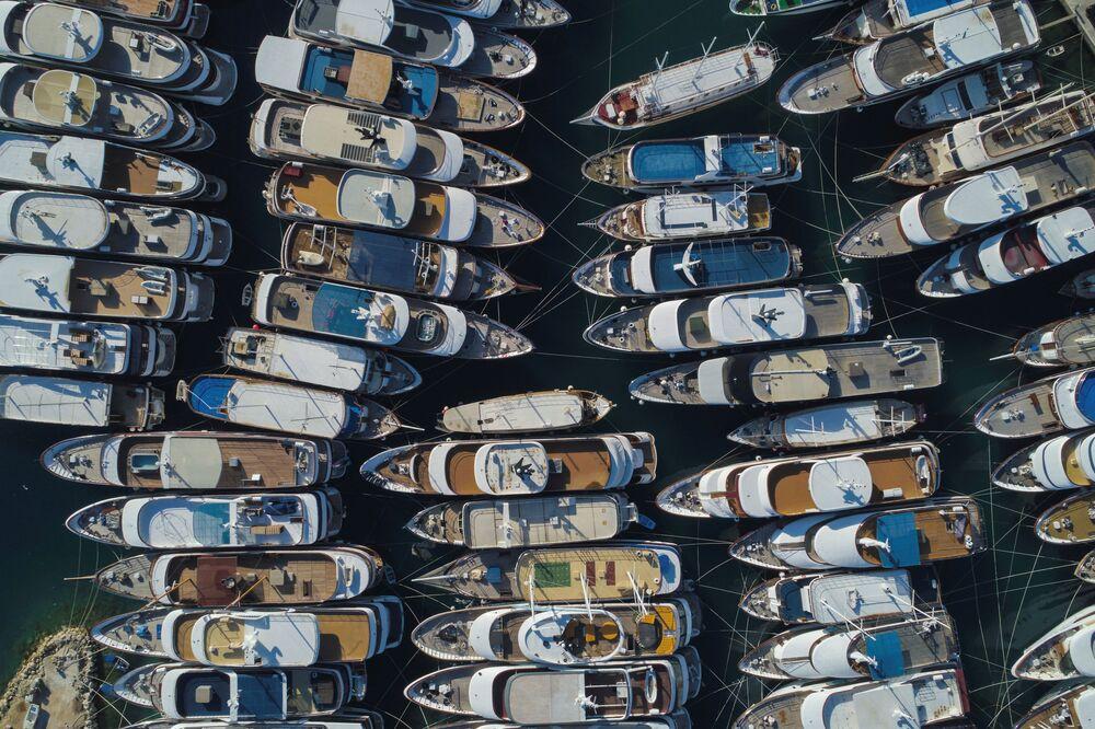 Jachty u přístavu v Chorvatsku, 25. května 2020.