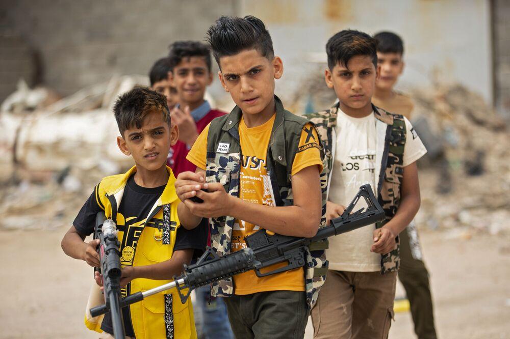 Děti s hračkářskou zbraní v iráckém městě Basra, 25. května 2020.