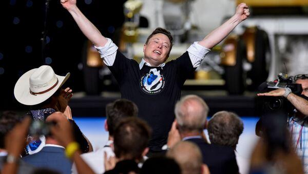 Zakladatel společnosti SpaceX Elon Musk oslavuje úspěšný start rakety Falcon 9.  - Sputnik Česká republika