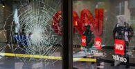 Popraskané sklo kanceláře CNN v Atlantě.