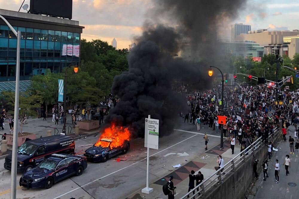 Protestující poblíž kanceláře CNN v Atlantě.