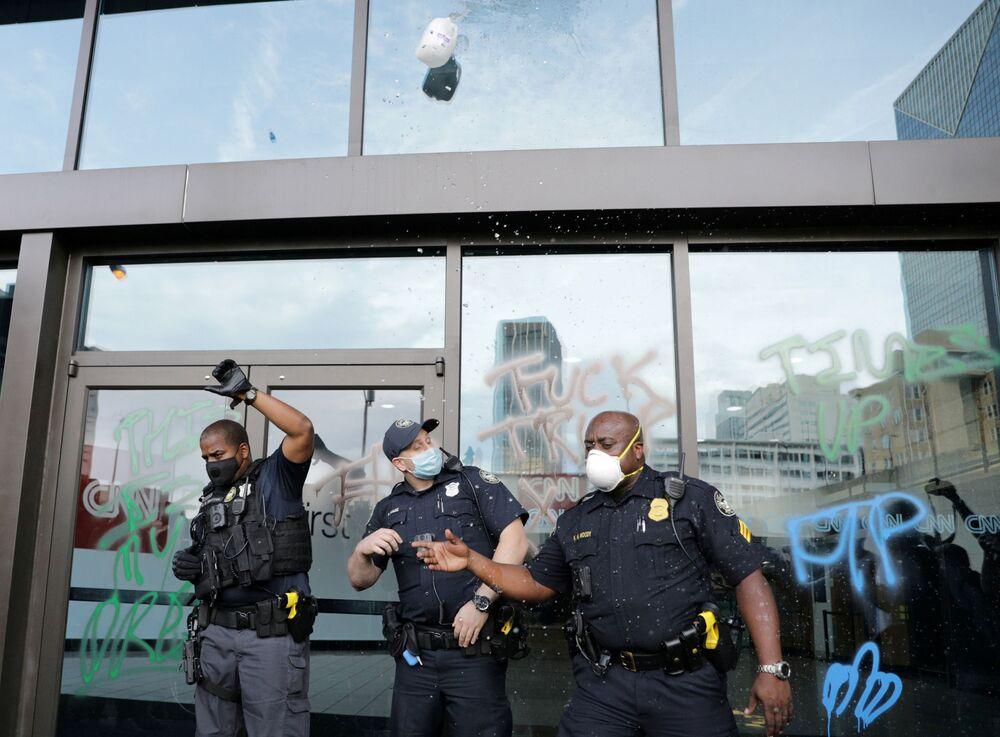 Policie před kanceláří CNN v Atlantě.