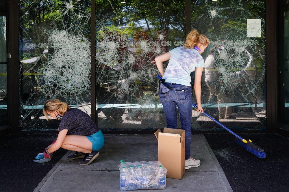 Vyčištění trosek před kanceláří CNN v Atlantě.