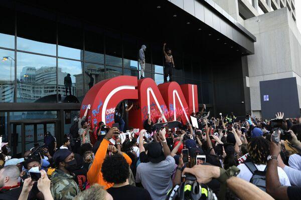 Protestující poblíž kanceláře CNN v Atlantě. - Sputnik Česká republika
