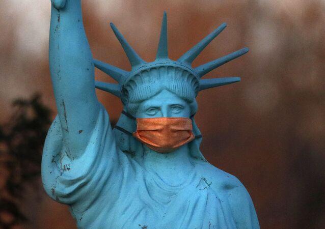 Replika Sochy Svobody v ochranné roušce. Ilustrační foto